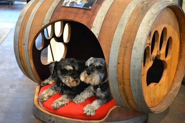 Camas para perros hechas con barricas de madera