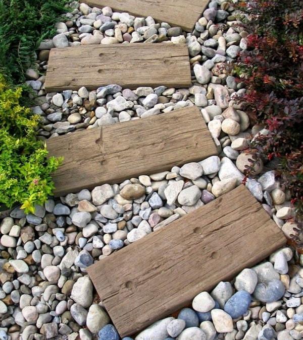 Camino de jardín hecho con madera y piedra