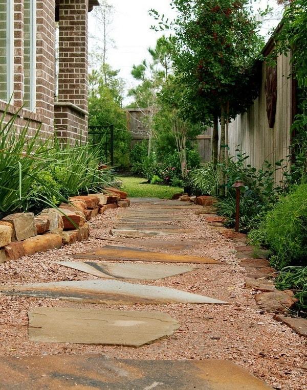 Camino para jardín hecho con piedras lajas