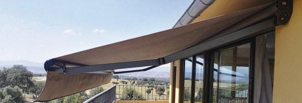 Ventajas de tener un toldo para el balcón en tu casa