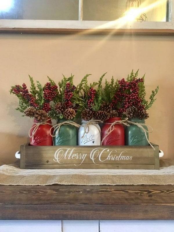 Centros de mesa navideños con tarros y cajas de madera