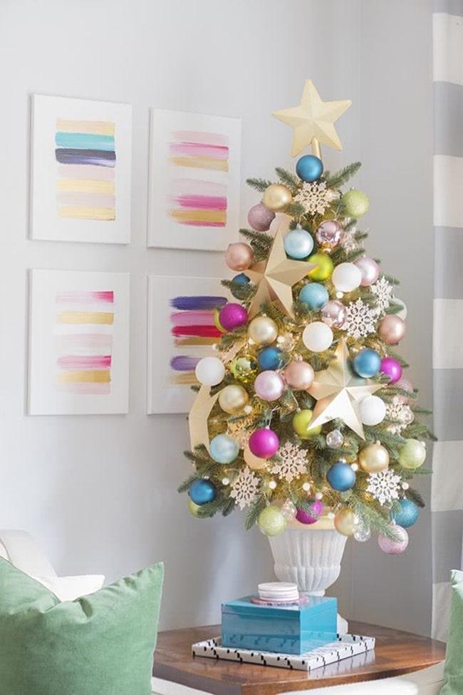 Árbol de Navidad con mucho color