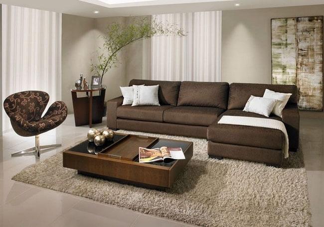 Sofá marrón y paredes beige
